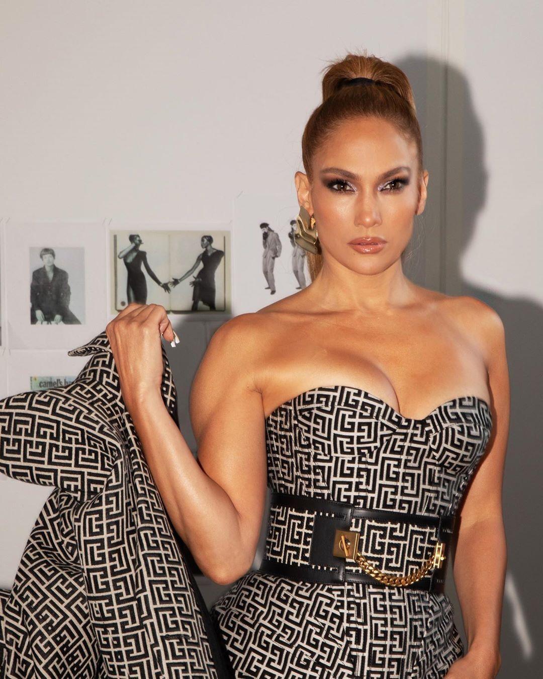 Дженнифер Лопес позировала в облегающем платье Balmain.