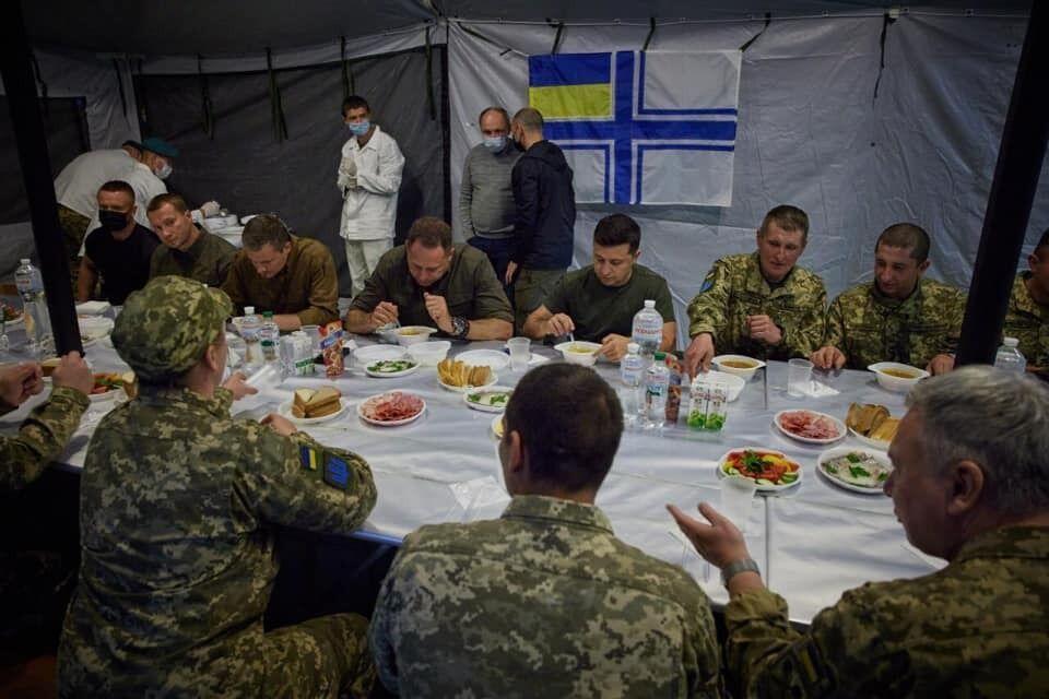 Військовим принесли тарілки
