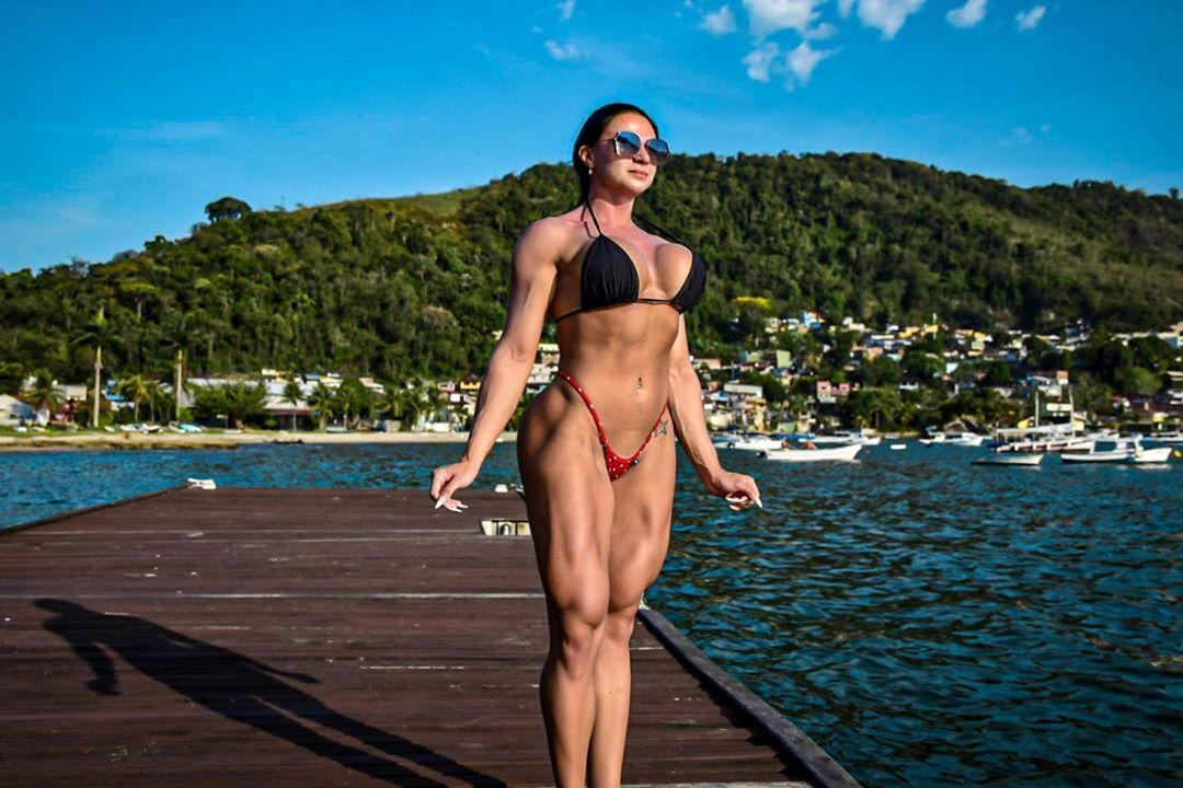 Валерия Пачеко на фоне горы