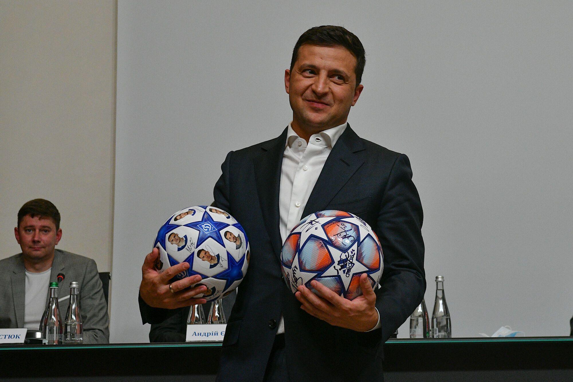 Зеленский с футбольными мячами