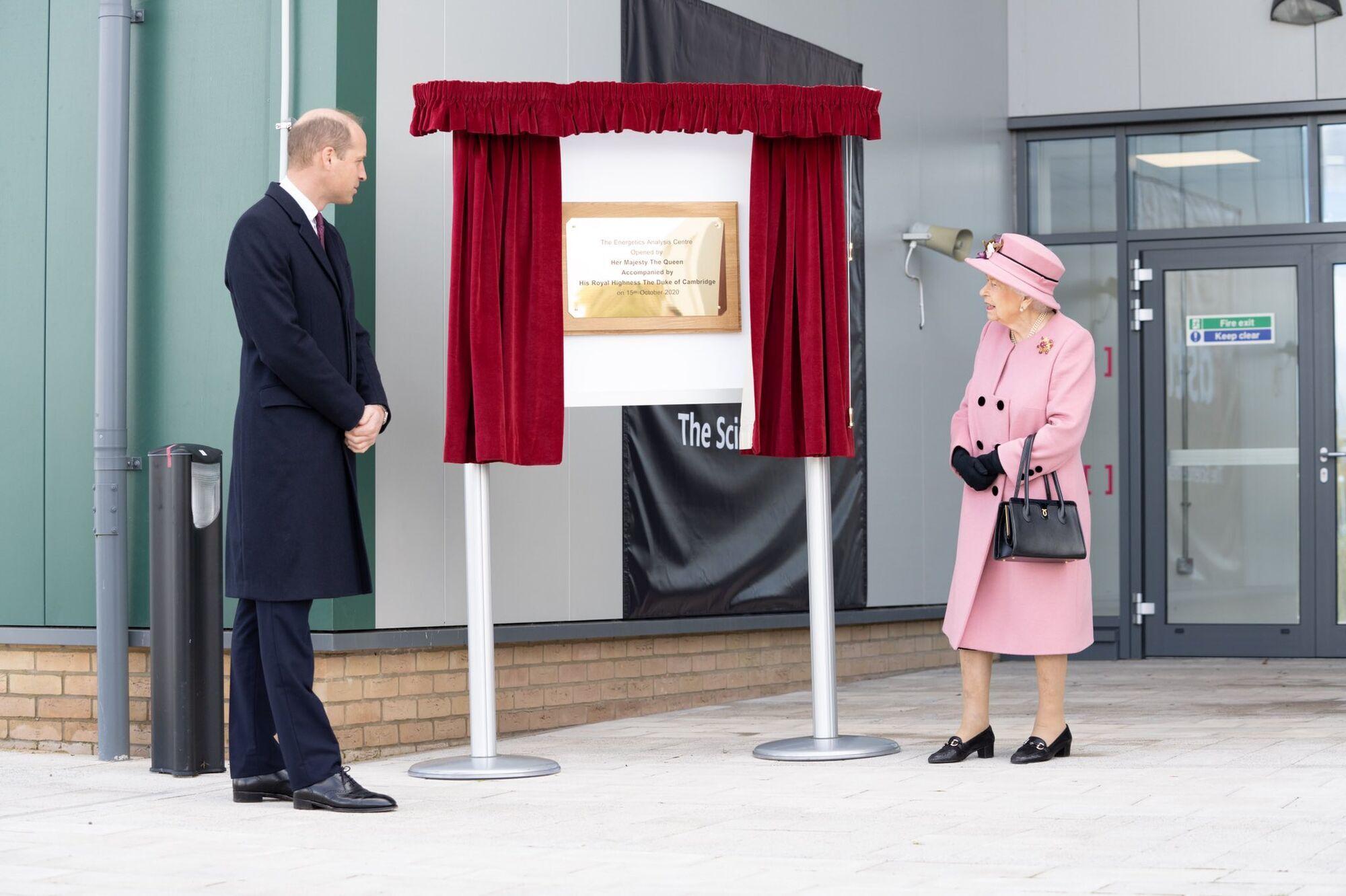Королева Елизавета с принцем Уильямом.