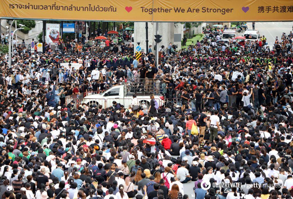 Таиланд восстал против премьер-министра и монархии.