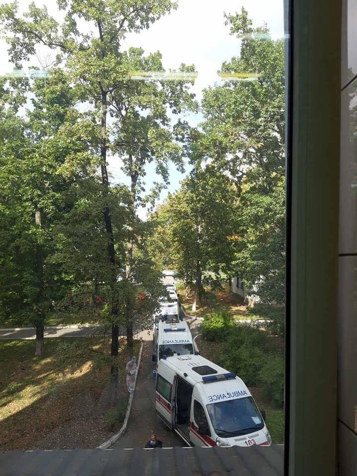 Швидкі скупчилися біля київської міської клінічної лікарні №5.