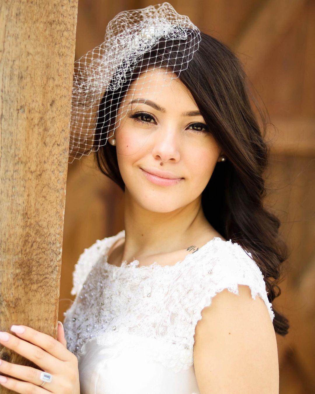 Синтія Лопес у весільній сукні
