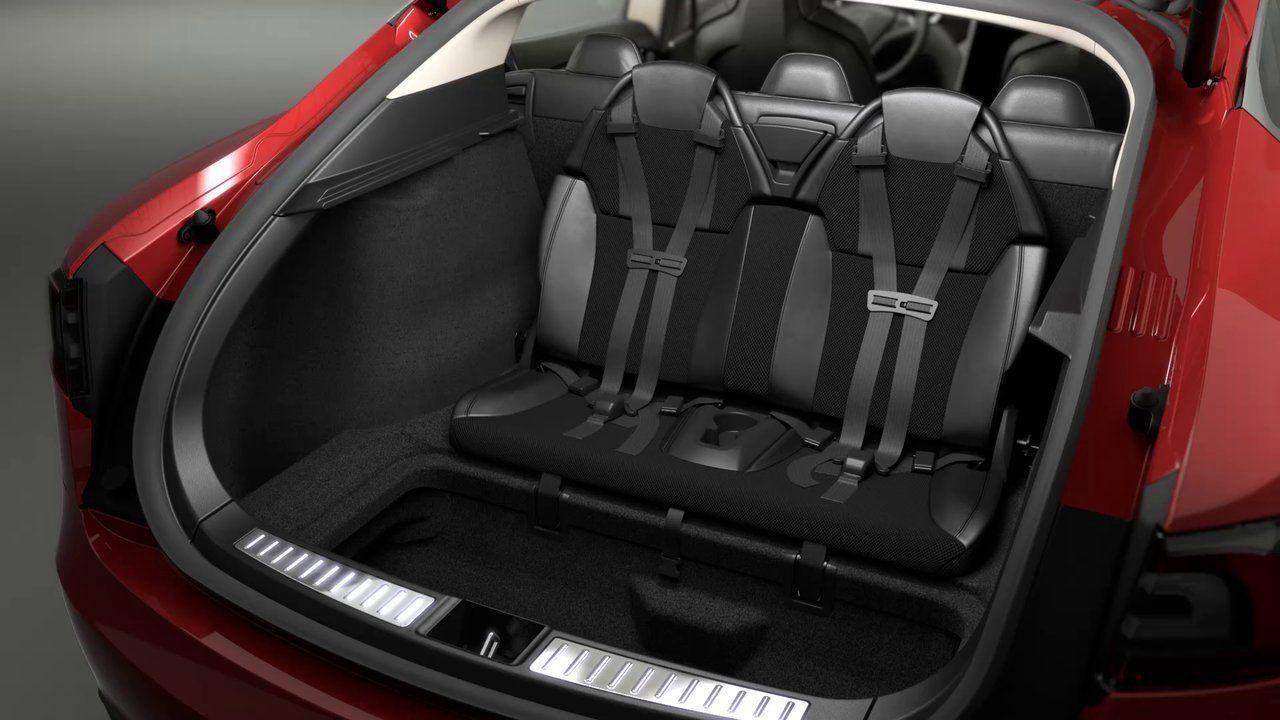 У Tesla Model S два кресла устанавливаются против хода