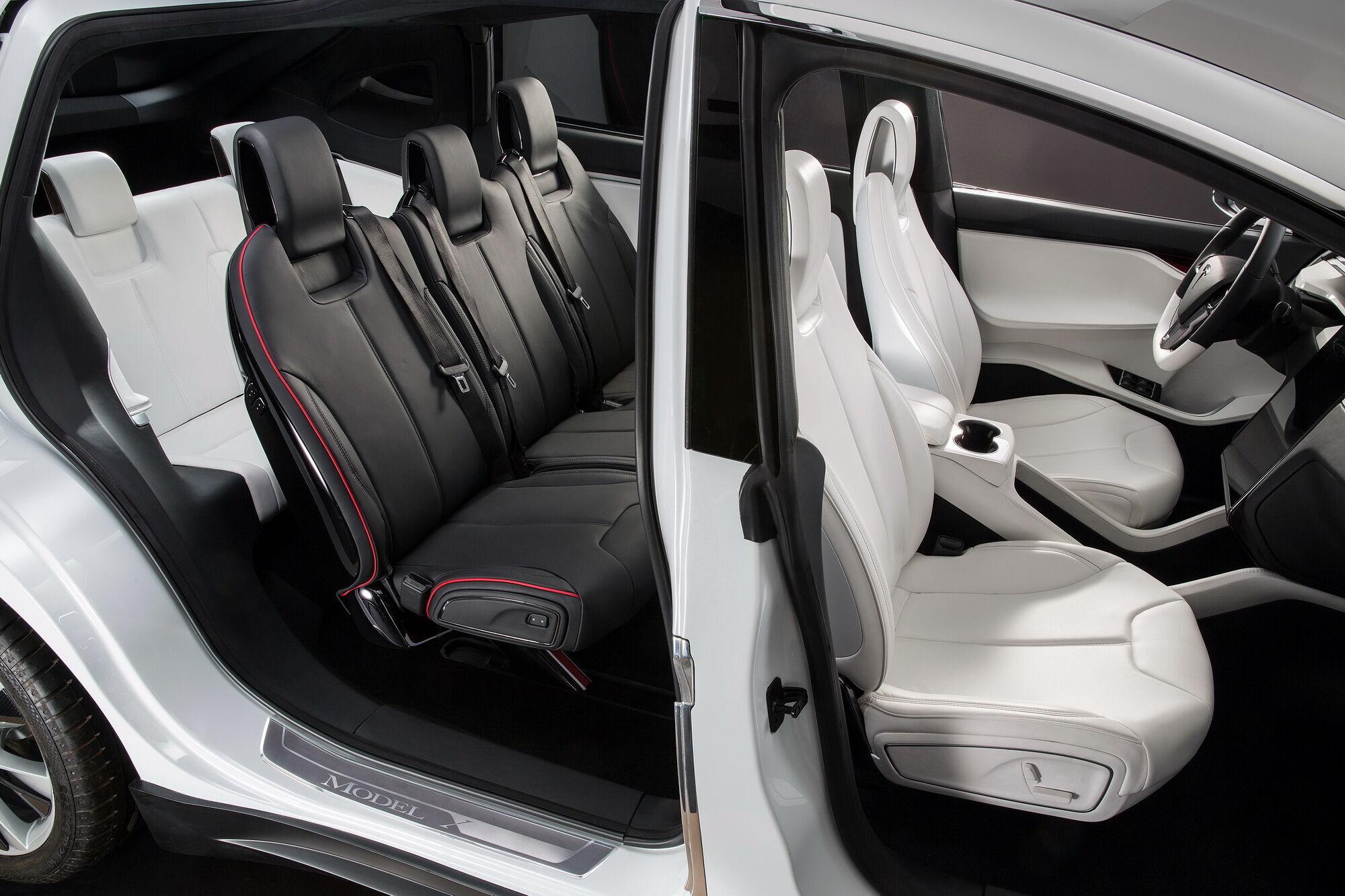 Расположение третьего ряда сидений в Tesla Model X