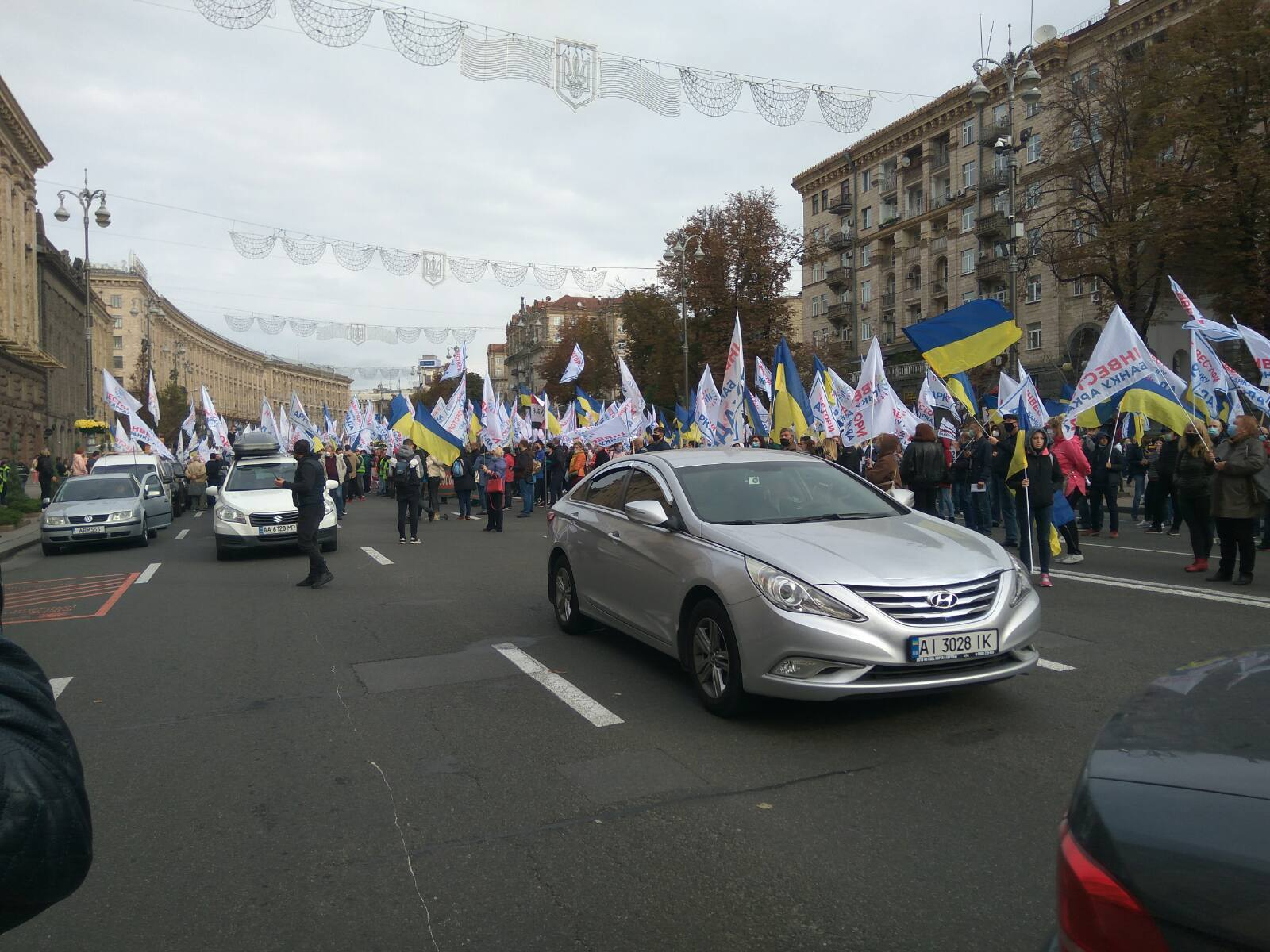 Протестувальники перекрили Хрещатик, зокрема й автомобілями