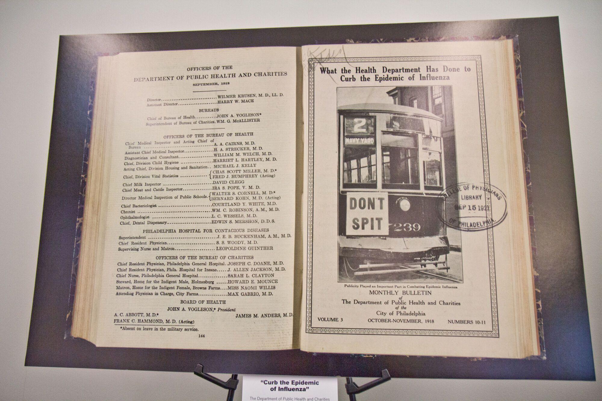 """Архивное изображение рекламы с надписью """"Не плюй"""", которая демонстрировалась на трамвае во время пандемии испанского гриппа, 1918 год"""