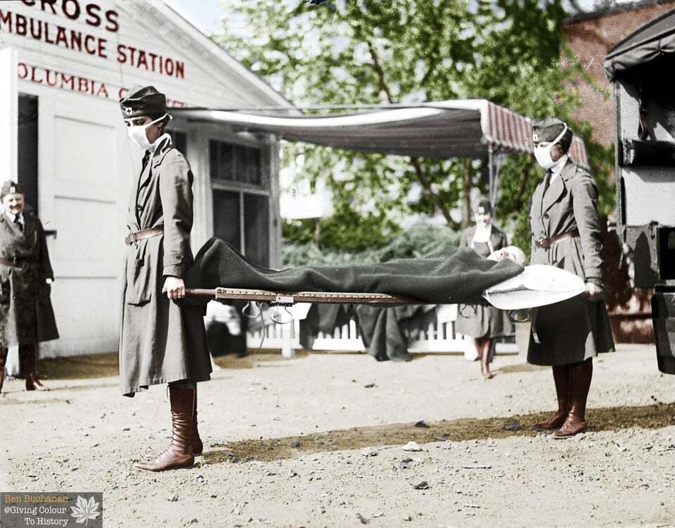На станции скорой помощи Красного Креста в Вашингтоне, округ Колумбия (США) при пандемии испанского гриппа 1918 года