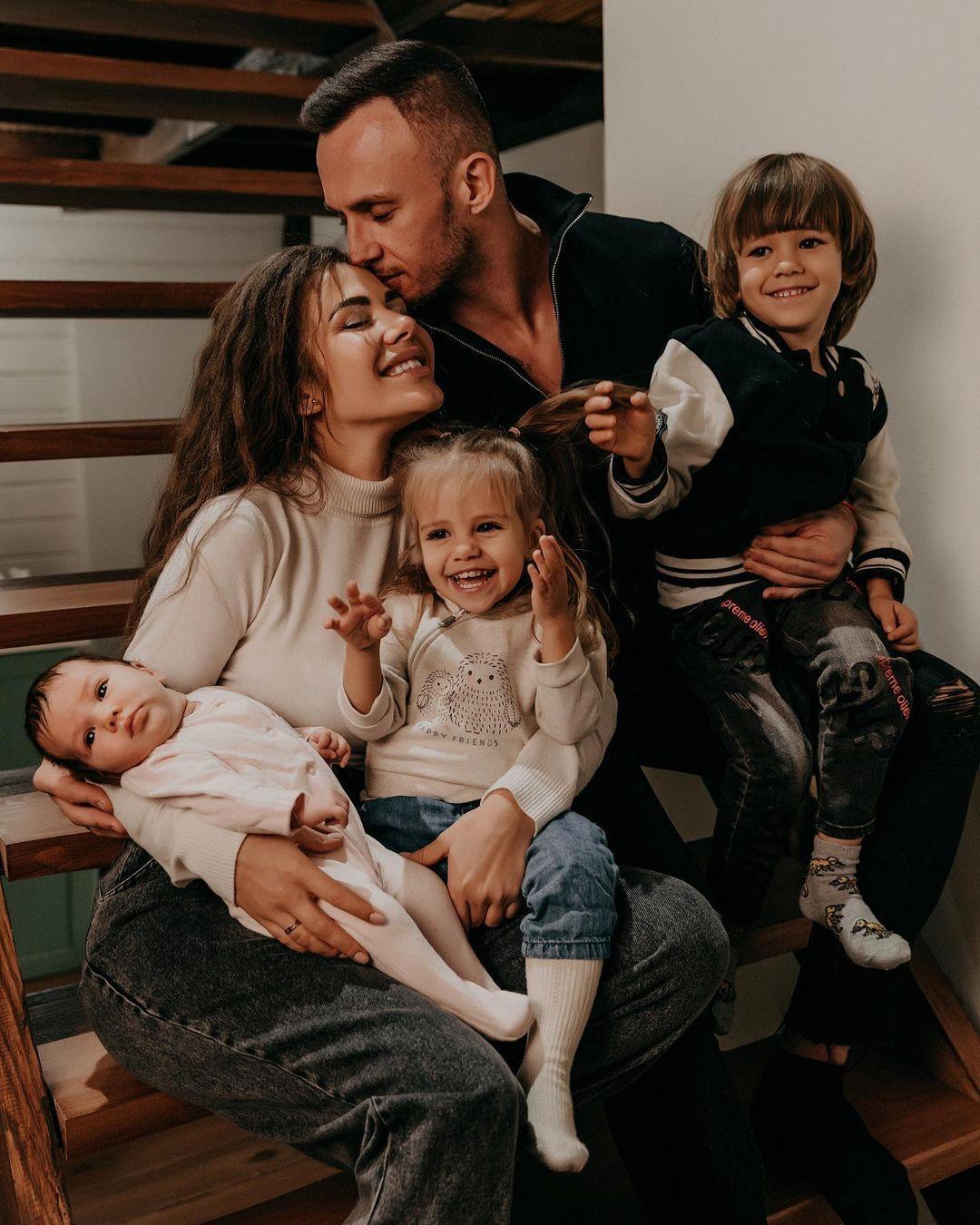 Софія Стужук з чоловіком Дмитром та дітьми
