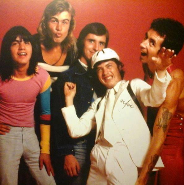 Пол Мэттерс (второй слева) с коллективом AC/DC
