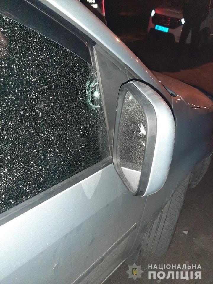 В машине повреждено окно.