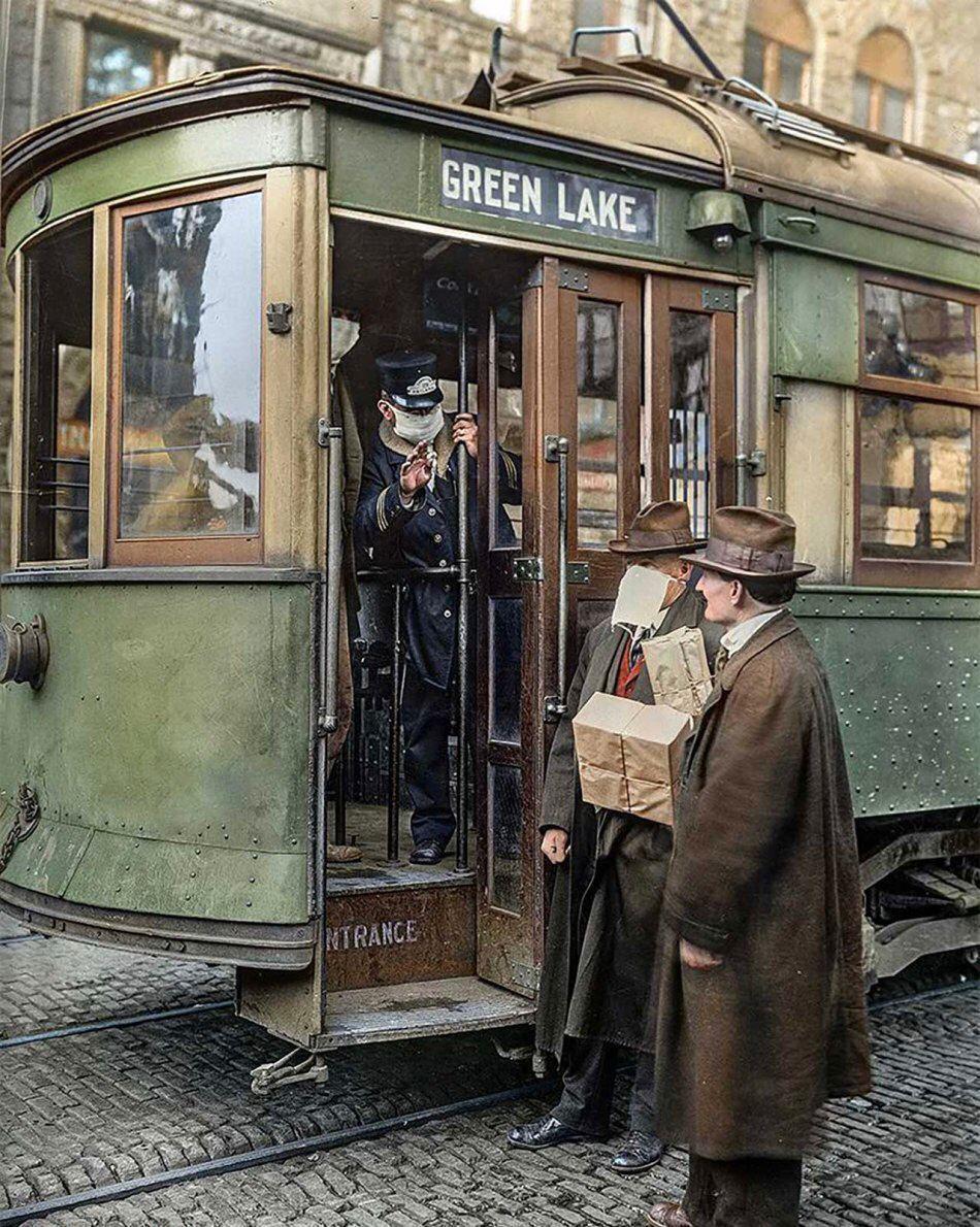 Кондуктор не пускает в трамвай пассажира без маски, Сиэтл (США), 1918 год