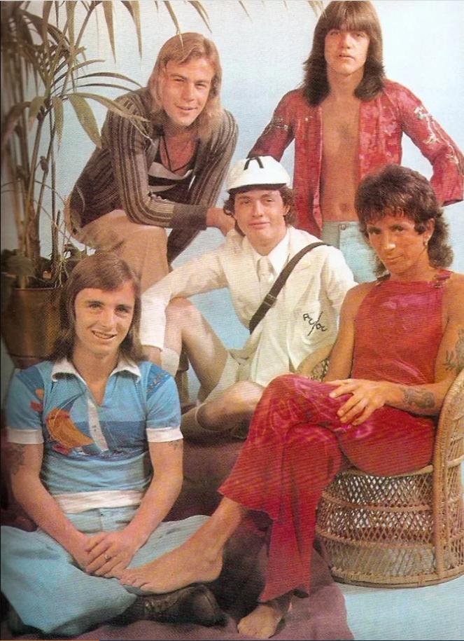 Пол Мэттерс (вверху справа) был уволен из группы AC/DC в 1975 году