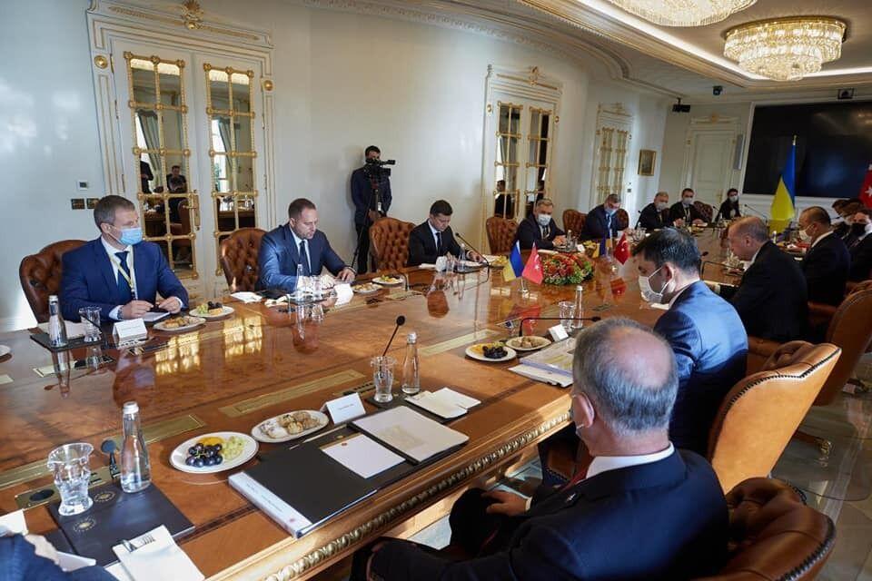 На переговорах Зеленського в Туреччині тарілки були у всіх