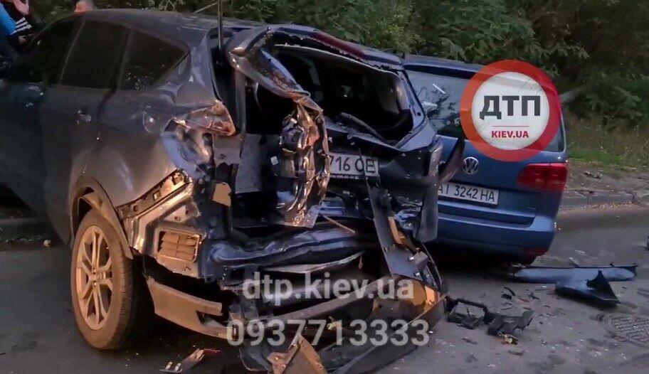Некоторые автомобили серьезно повреждены