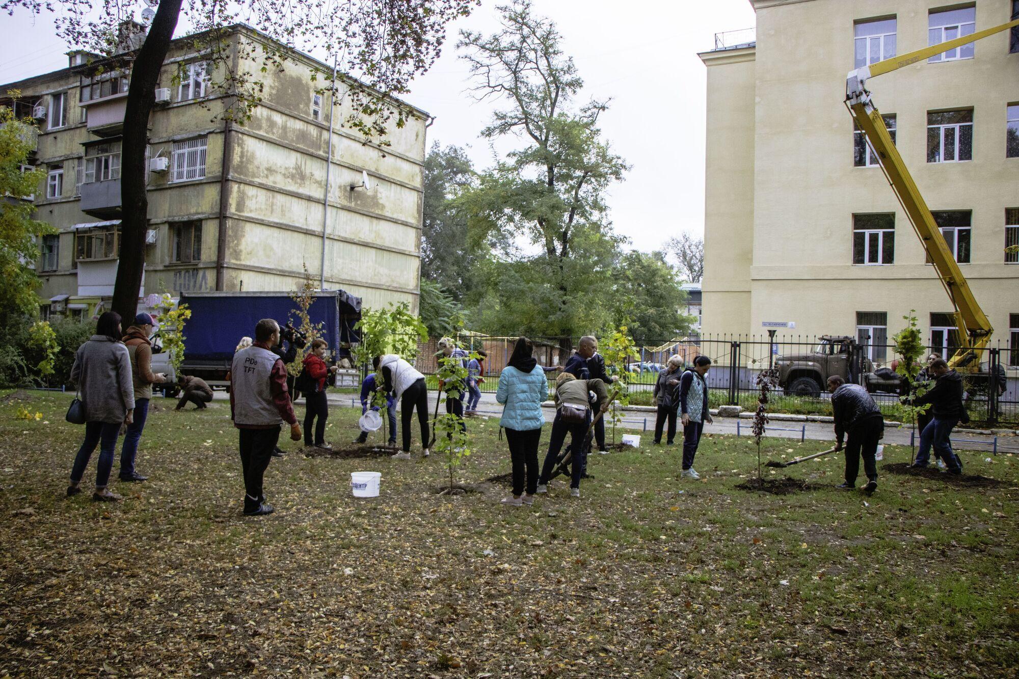 Днепр-цветущий: сотрудники мэрии и жители ОСМД высадили 70 молодых деревьев