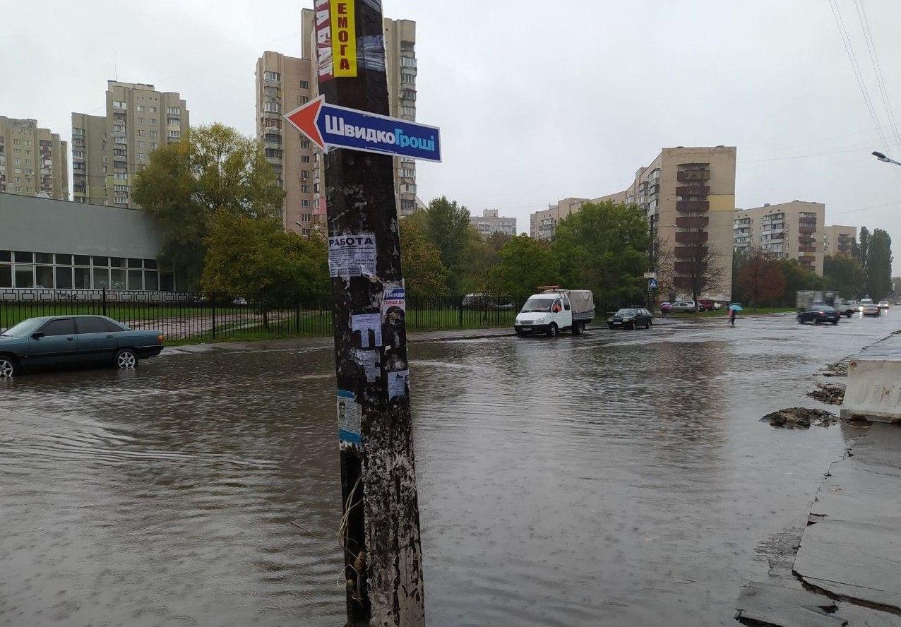 На дорогах стоит вода.