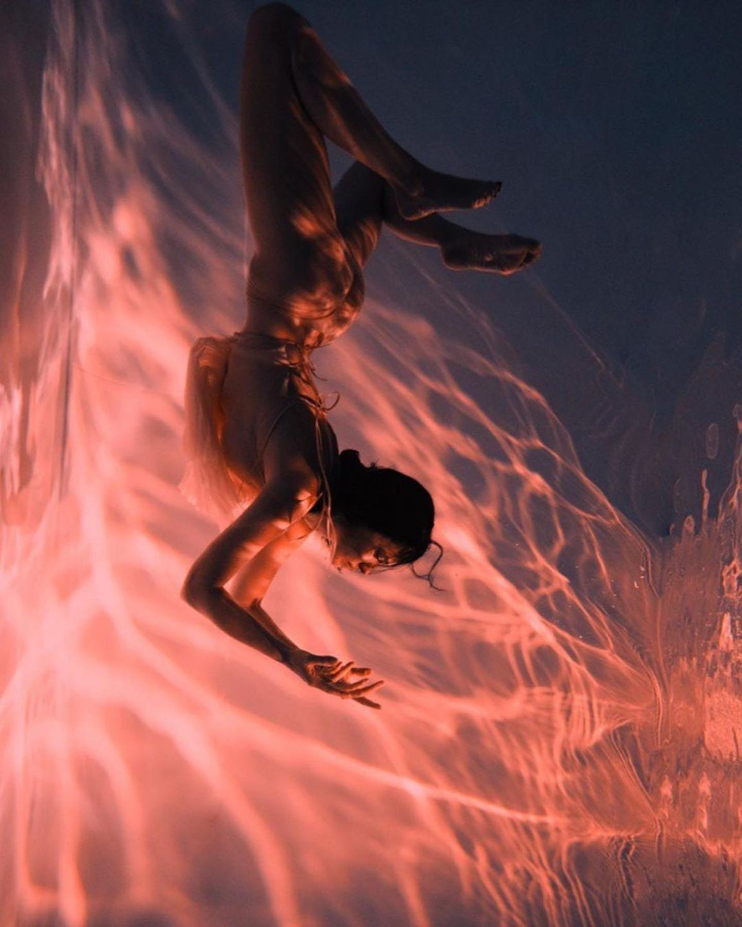 Астафьева продемонстрировала стройную фигуру и гибкость под водой.