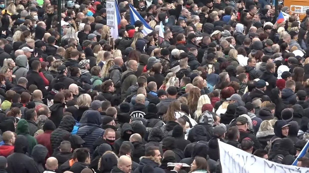 В центре Праги собралось около 2000 участников акции против карантина в связи с COVID-19