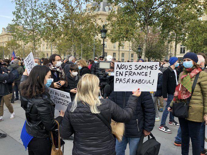 """Плакат: """"Мы во Франции! А не в Кабуле!"""""""