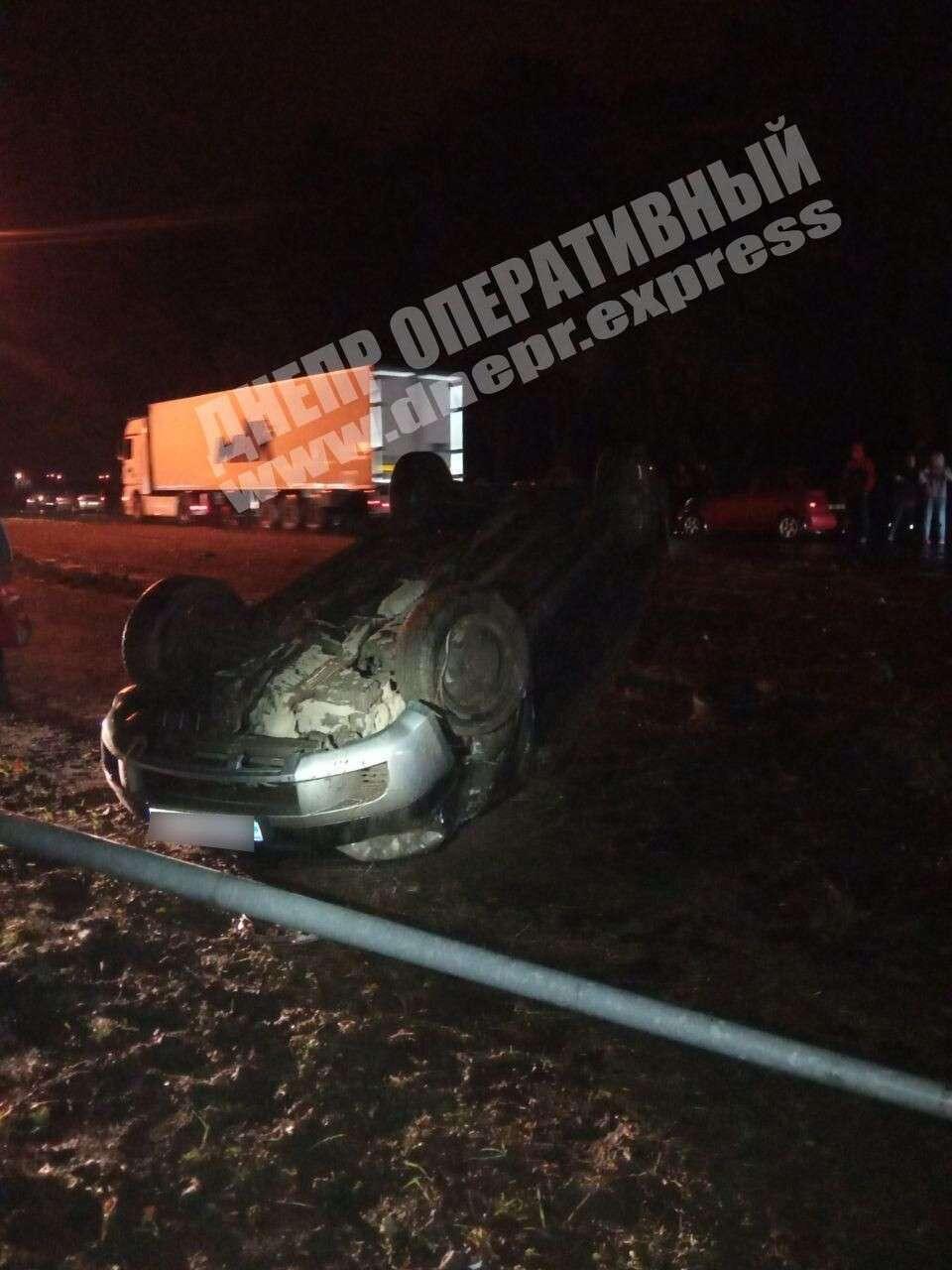 Под Днепром авто влетело в столб и перевернулось.
