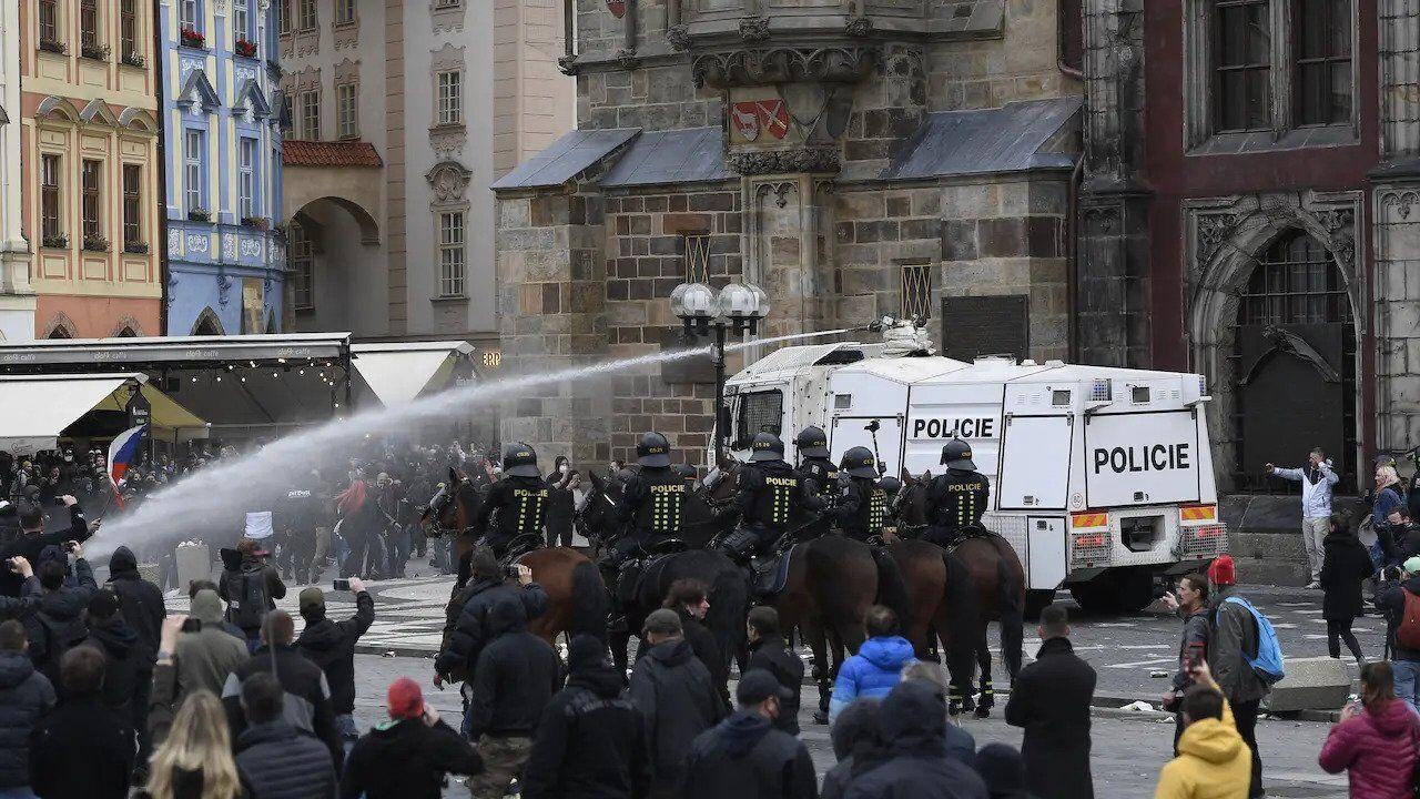 Полиция применила против протестующих водометы