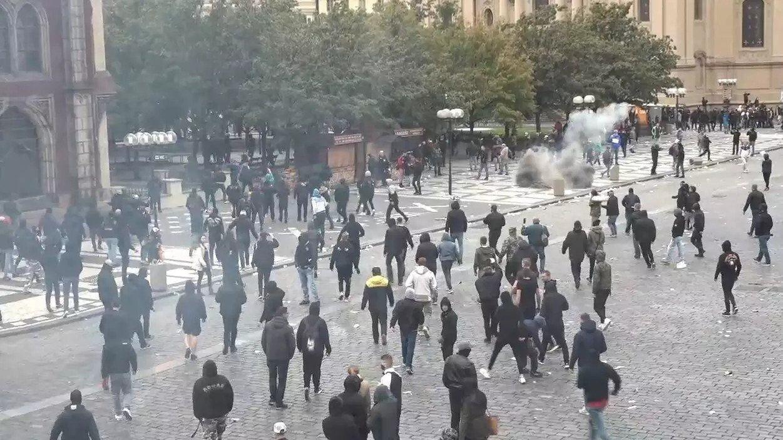 Участники акции кидали в полицейских петарды, тяжелые предметы и камни
