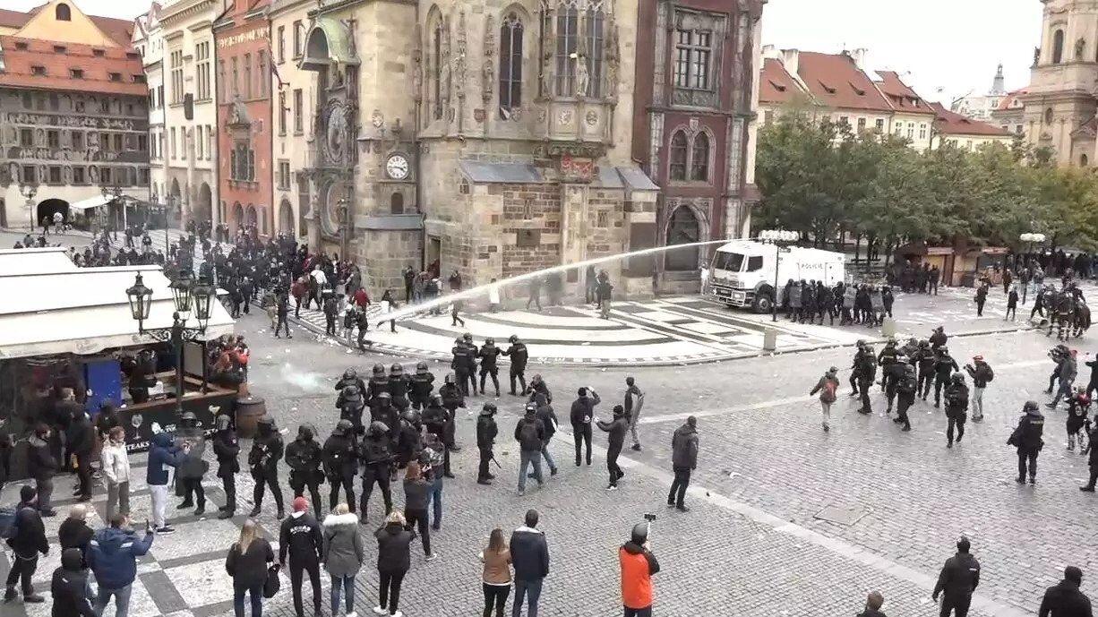 В Праге полиция применила против протестующих водометы