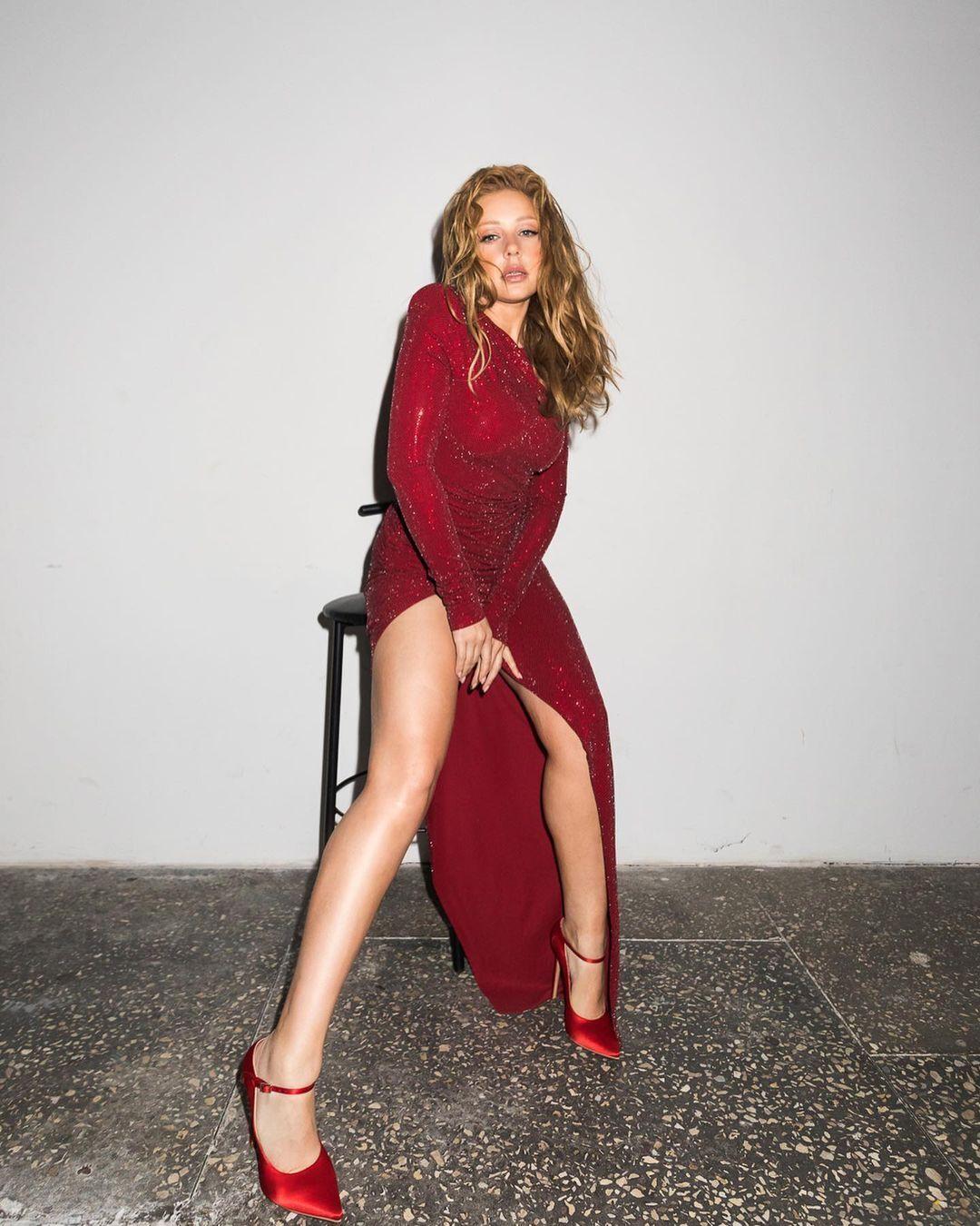 Тина Кароль засветила ноги в откровенном платье