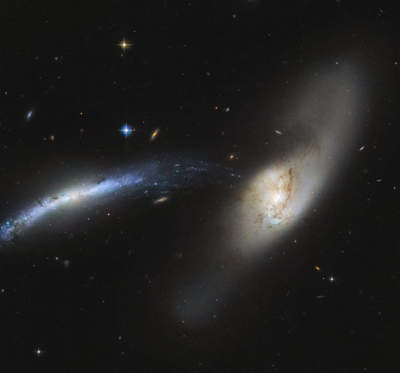 Момент слияния галактик NGC 2799 и NGC 2798