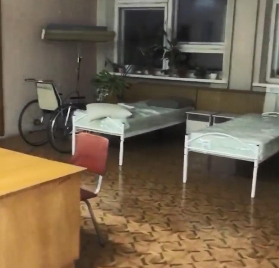 У Дніпрі ліжка для хворих на COVID-19 ставлять у коридорах лікарні.