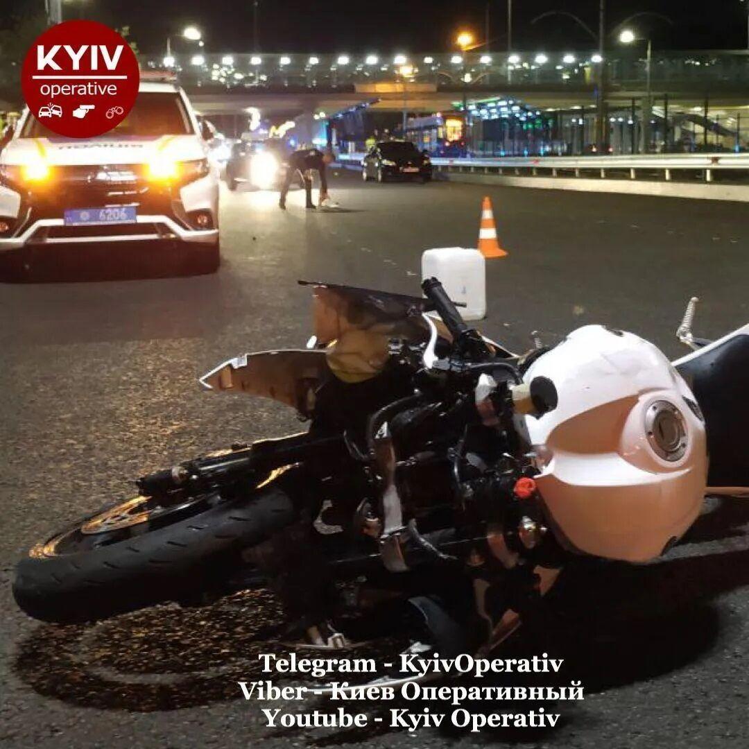 Мотоциклист скончался в машине скорой помощи.