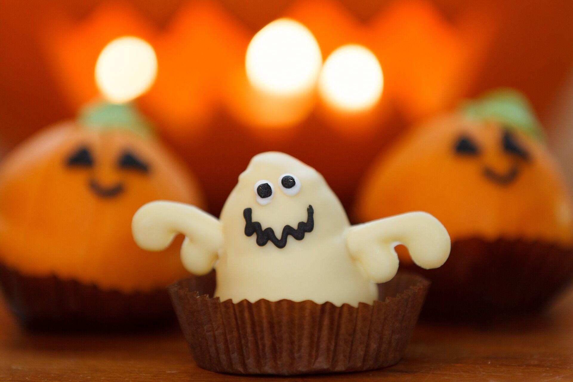"""На Хэллоуин к столу принято подавать """"мрачно"""" декорированные сладости"""