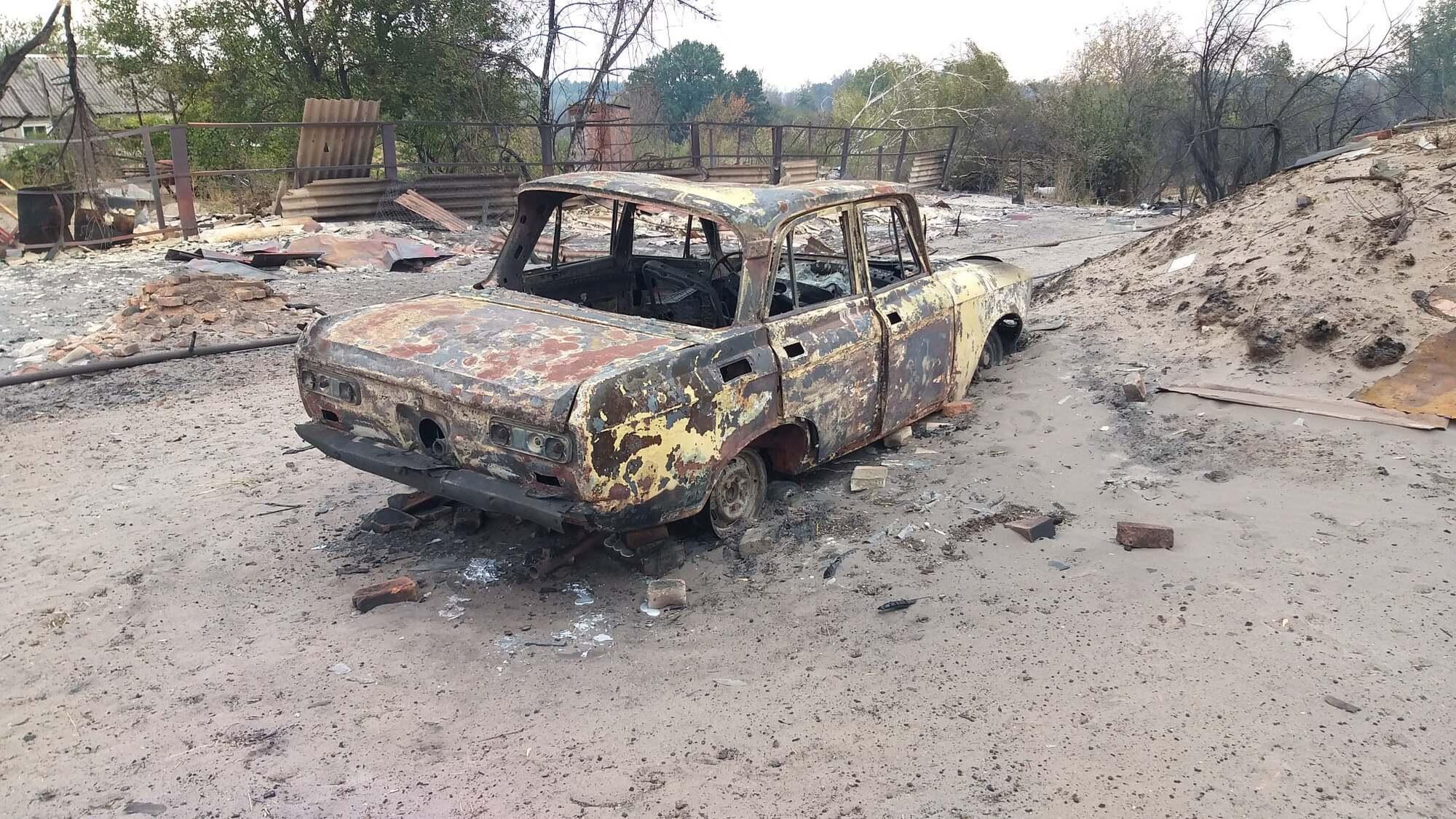 От огня пострадала машина.
