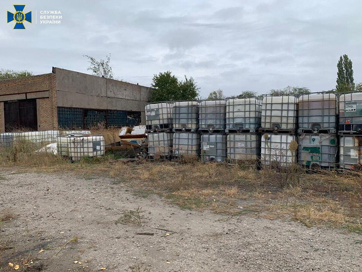 Свалка токсичных отходов разместили на окраине города.