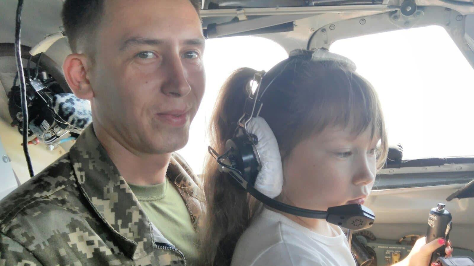 Загиблий пілот із донькою Лізою.