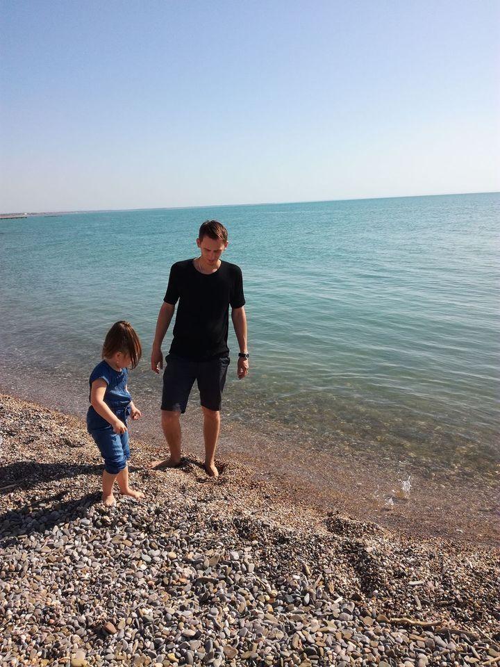 Олексій з маленькою донькою.