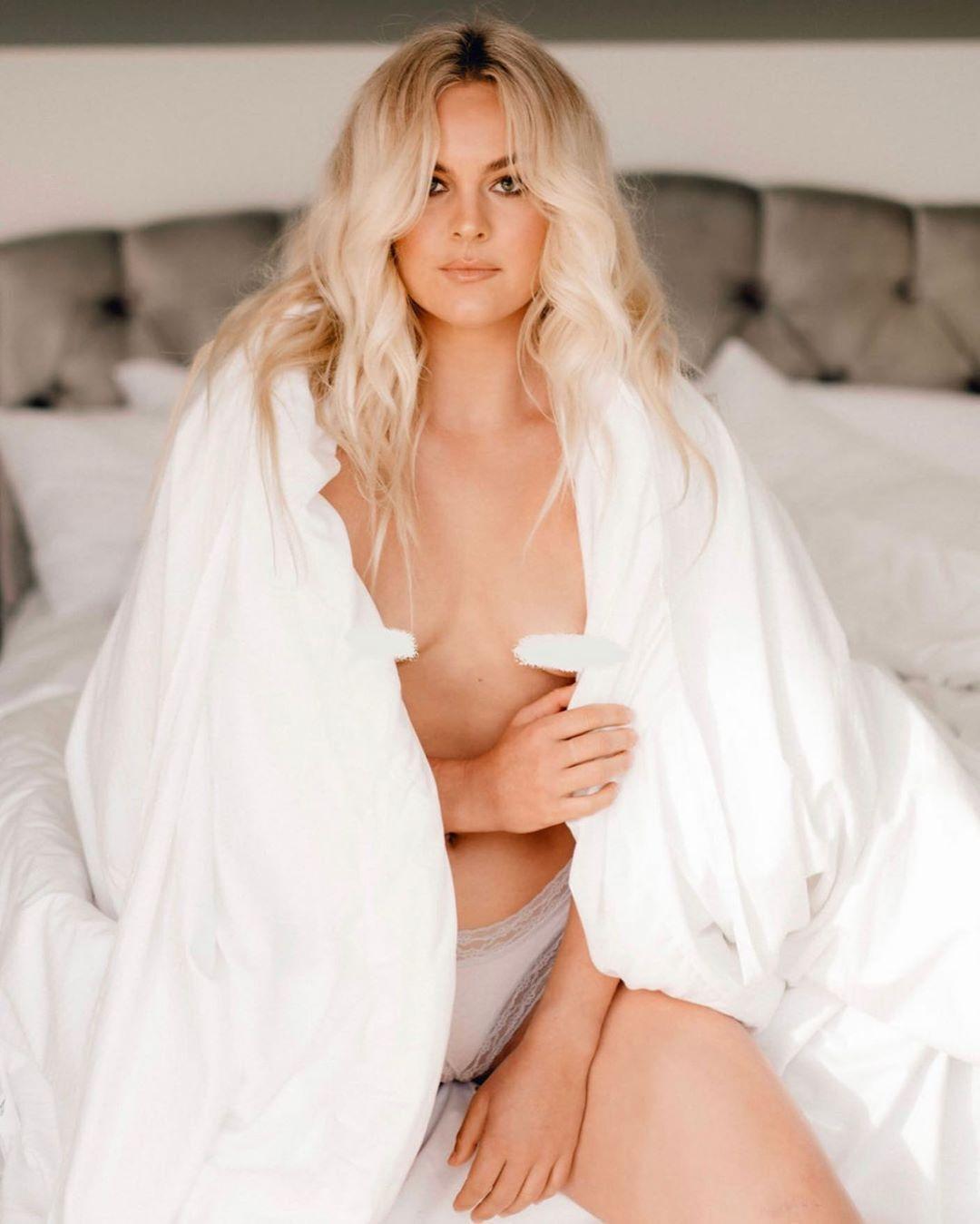 Фелисити Палматье прикрыла грудь одеялом