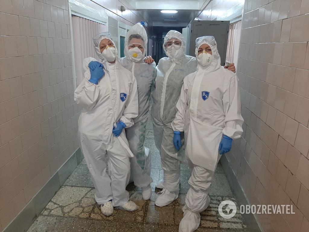 Врачи Киевской клинической больницы №4 в защитных костюмах