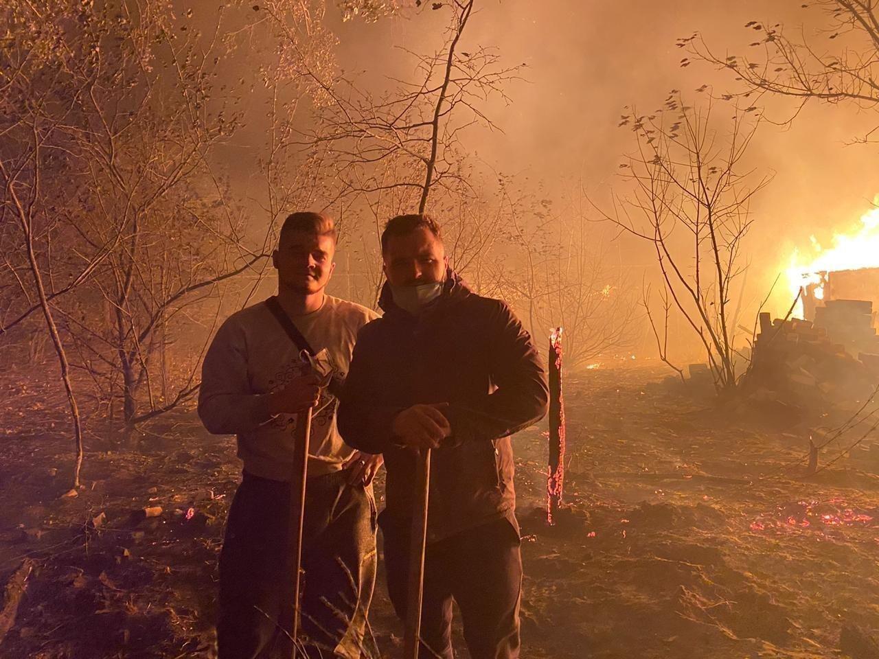 Волонтеры на месте возгорания.
