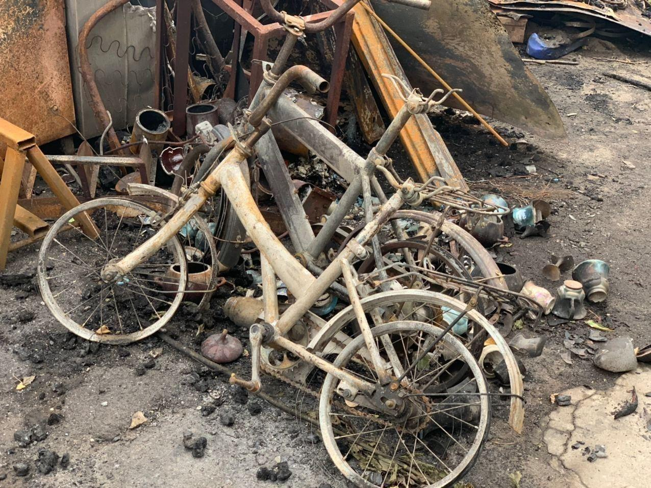 Сгоревшие детские велосипеды.
