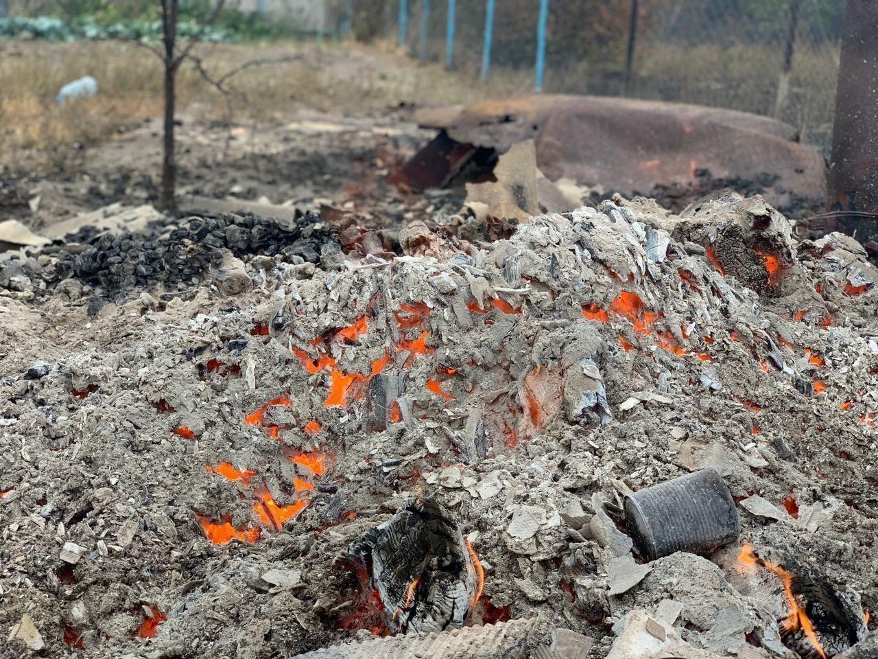 Пожарные несколько дней боролись с огнем.