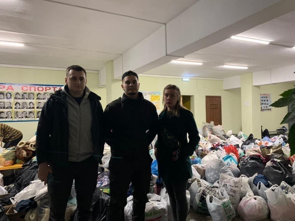 Волонтеры собирали гуманитарную помощь пострадавшим.