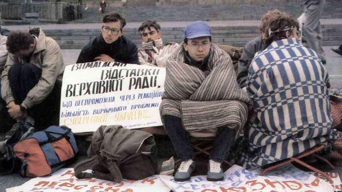 Митингующие требовали перевыборов в Верховную Раду на многопартийной основе.