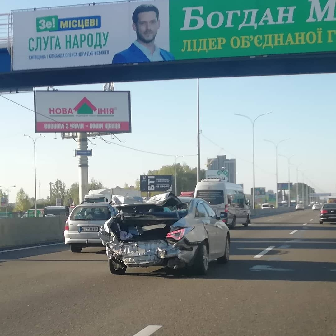 Машину с поврежденной геометрией кузова и подвеской засняли в движении на оживленной дороге в Киеве