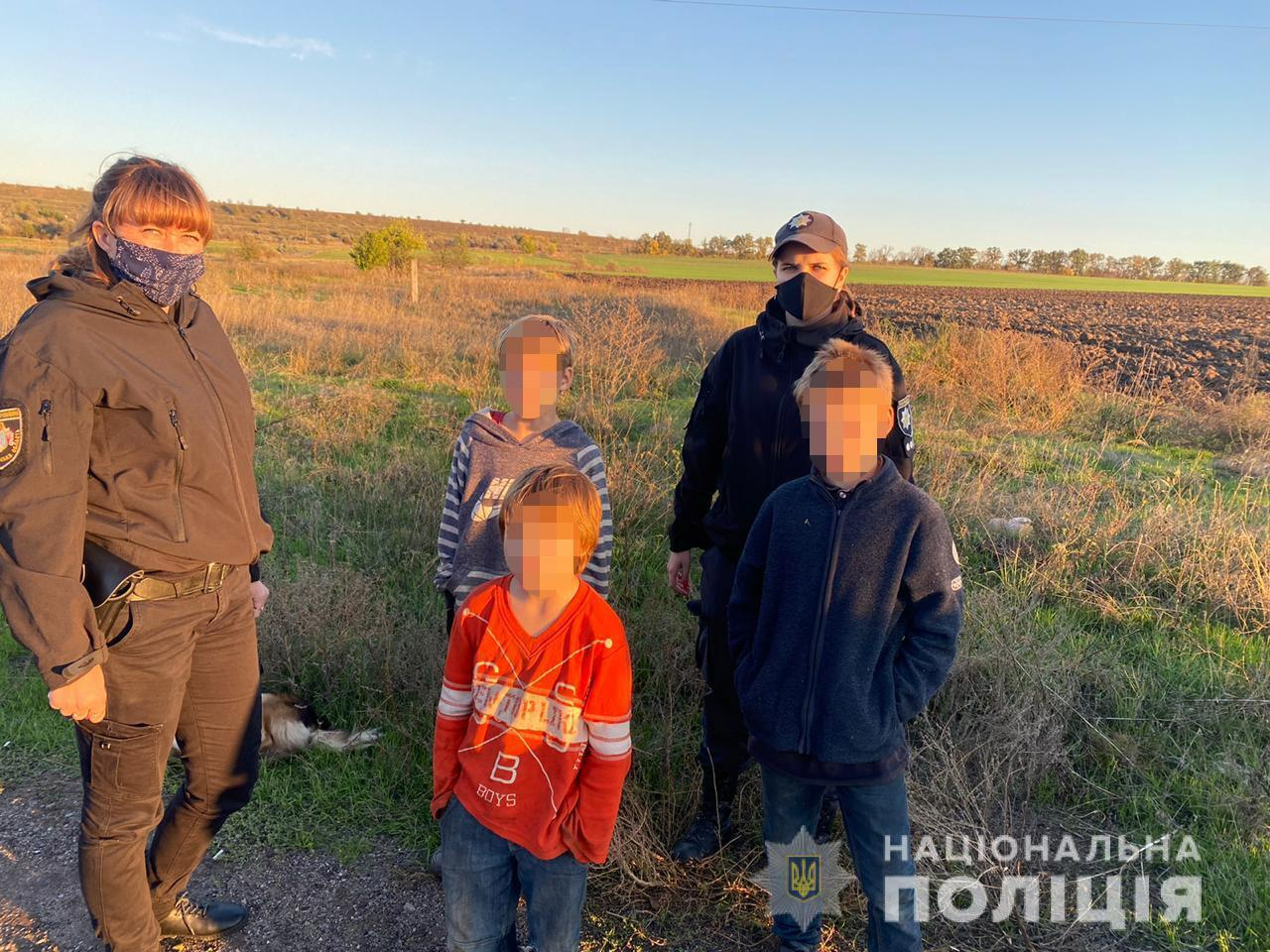 Малышей нашли на железной дороге.