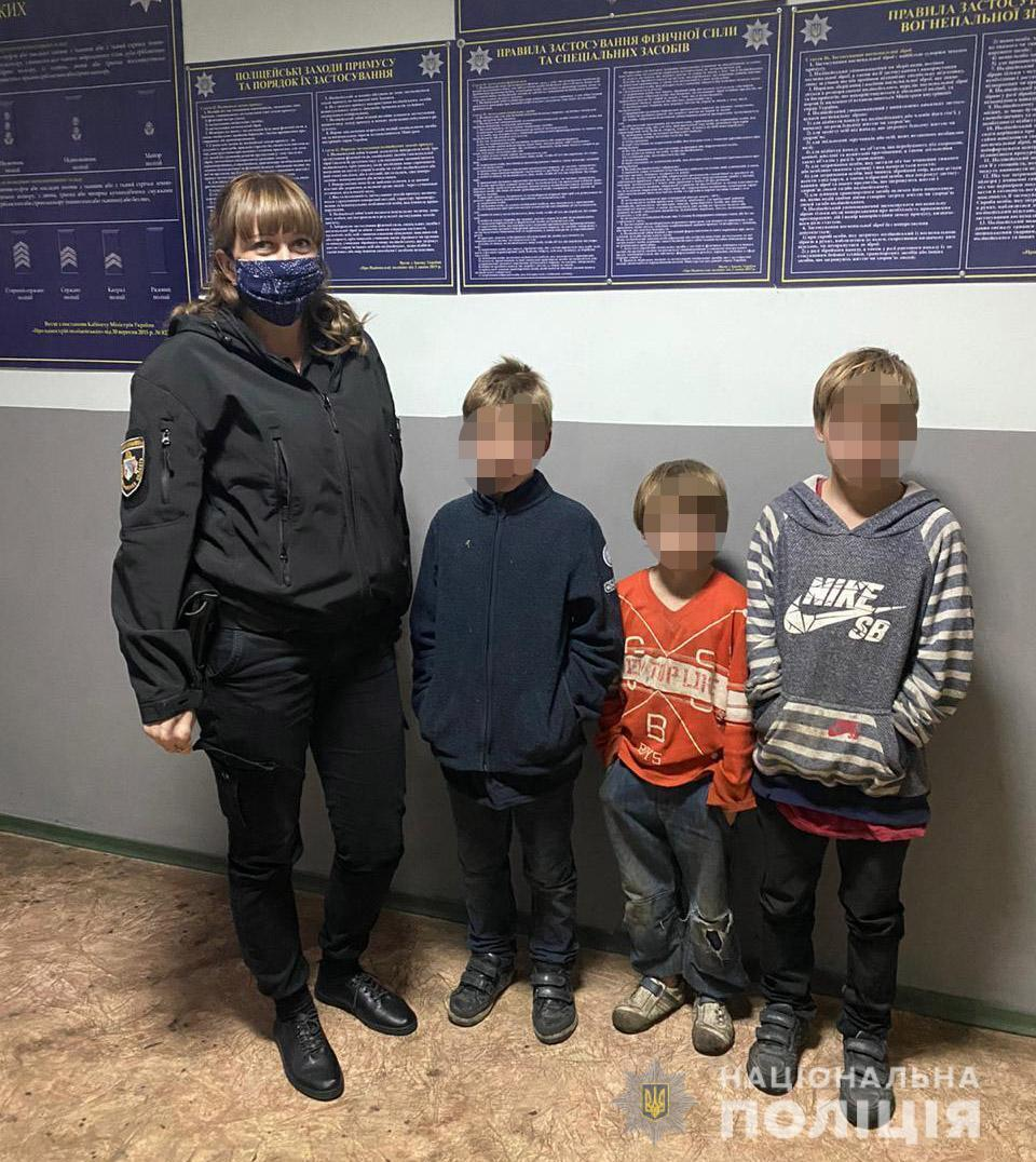 Полицейские передали детей их родителям.