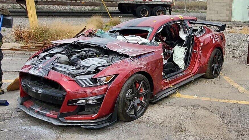 Ford Mustang Shelby GT500, уничтоженный пожарными