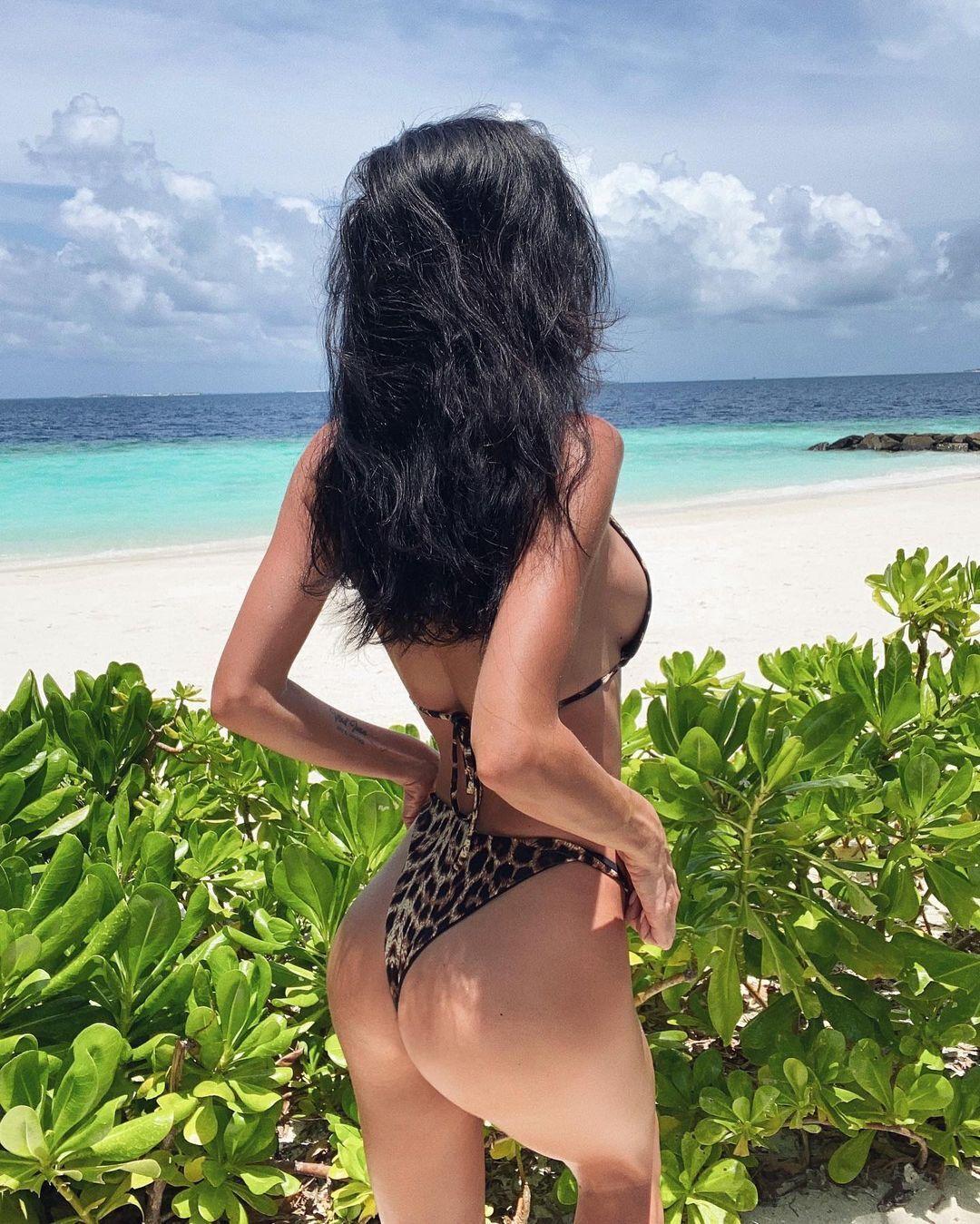 Анна Кравець у леопардовому купальнику